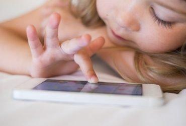 Акционеры Apple требуют исследовать влияние айфонов на детей