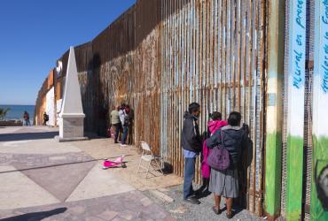 Трамп попросил 18 миллиардов долларов на строительство стены на границе с Мексикой
