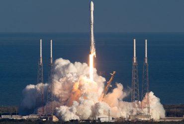 ВИДЕО: SpaceX успешно запустили ракету со спутниками для интернет-сети
