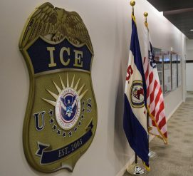 Сотрудника иммиграционной полиции обвинили в краже данных иммигрантов