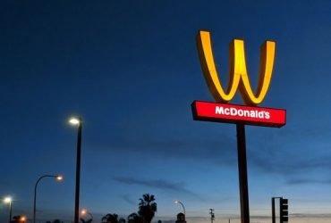 McDonald's изменил логотип к Международному женскому дню