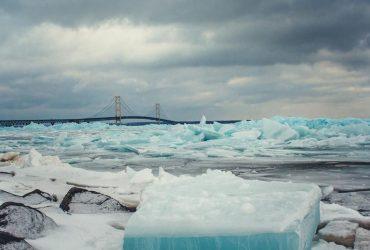 ФОТО: В Мичигане озеро покрылось голубым льдом