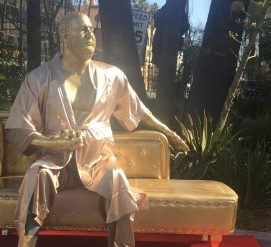В Голливуде появилась скульптура Харви Вайнштейна в распахнутом халате