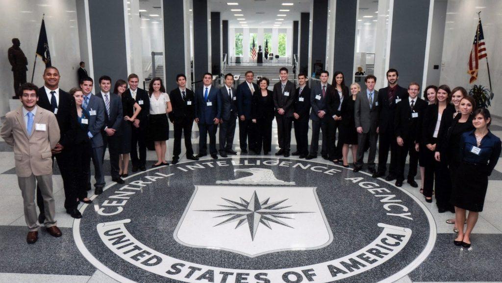 ЦРУ выпускает журнал, в котором публикует рецензии на шпионские фильмы. В основном негативные