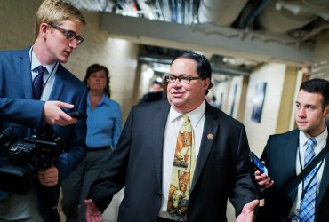 Конгрессмен Блейк Фарентхолд  ушел в отставку после обвинений в сексуальных домогательствах
