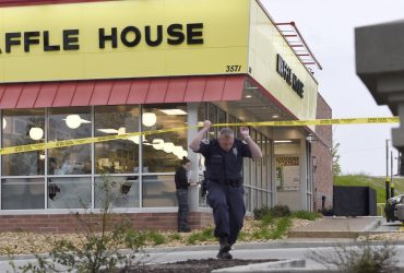 Кем был обнаженный убийца, который застрелил четверых людей в кафе