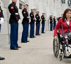 Как сенатор без ног добилась права брать на работу младенца