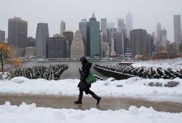 Нью-Йорк в снегу: аэропорты отменяют рейсы, автобусы опаздывают