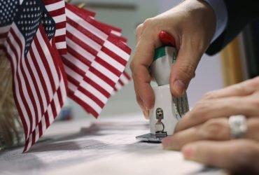 Директор двух компаний привозил иностранных работников, требуя с них плату за визы H-1B