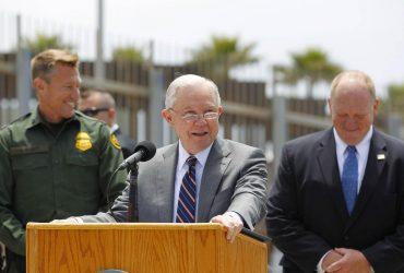 «Нулевая толерантность»: Сешнс разрешил разлучать семьи на границе