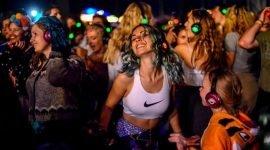Бесшумная вечеринка с танцами в стиле диско