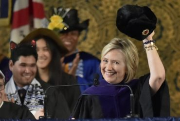 ВИДЕО: Клинтон пришла к выпускникам Йельского университета с шапкой-ушанкой