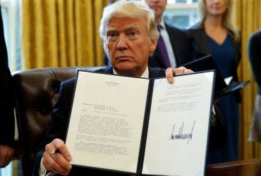 Трампу окончательно разрешили не пускать в США граждан семи стран