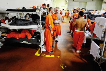 Иммиграционные тюрьмы переполнены — нелегалов отправляют в федеральные места заключения