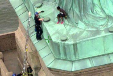 В День независимости женщина забралась на Статую Свободы. Из-за нее эвакуировали тысячи людей
