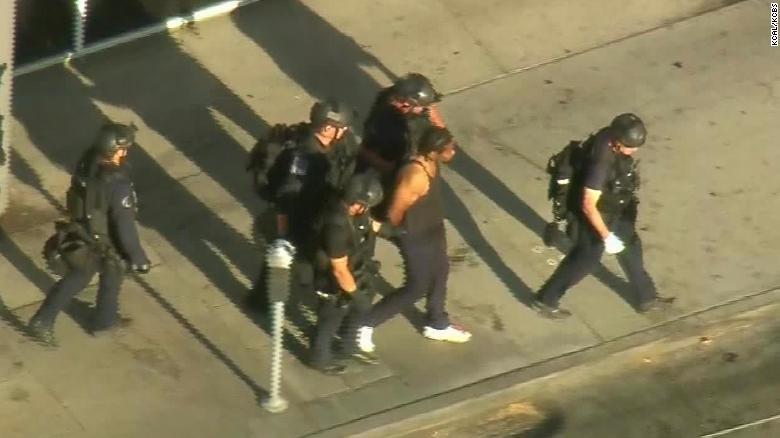 Мужчина взял в заложники посетителей магазина Trader Joe's. Один человек погиб