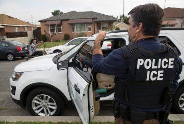 Руководитель отдела иммиграционной полиции воровал личные данные иммигрантов