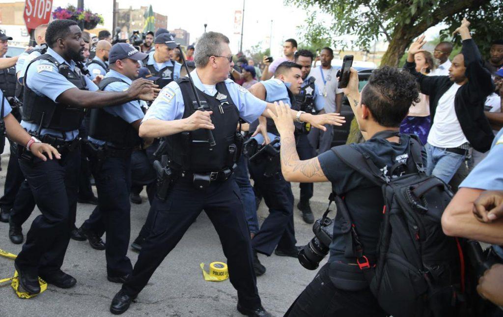 В Чикаго прошла акция протеста после того, как полицейские застрелили мужчину