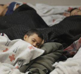 Родителей-нелегалов воссоединили с детьми. Их депортацию приостановили