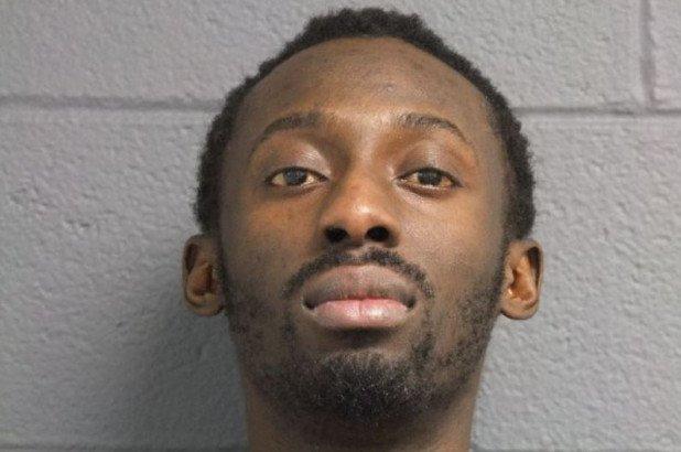 Нелегал сбежал от иммиграционной полиции во время депортации. Его оправдали из-за неправильного обвинения