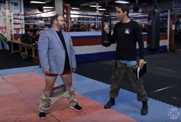 ВИДЕО: Американский политик бегал без штанов и делал фото под юбкой. А потом отказался увольняться