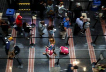 В аэропортах следят за всеми американцами. Под подозрением — те, кто часто моргает или потеет
