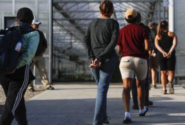 Иммиграционные агенты арестовали 100 нелегальных работников в Техасе