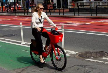 Uber предлагает пользователям пересесть на велосипеды и самокаты