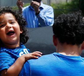 Люди жертвуют свои бонусные мили для воссоединения детей с родителями-нелегалами