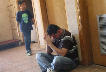 Родители, разделенные с детьми на границе, провалили интервью на убежище. Теперь они подают в суд на правительство