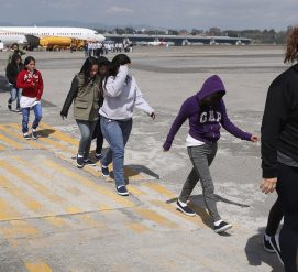 Судья развернул самолет, чтобы спасти от депортации жертву домашнего насилия
