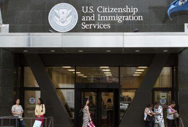 Иммиграционная служба повышает стоимость ускоренной обработки петиций для иностранных работников