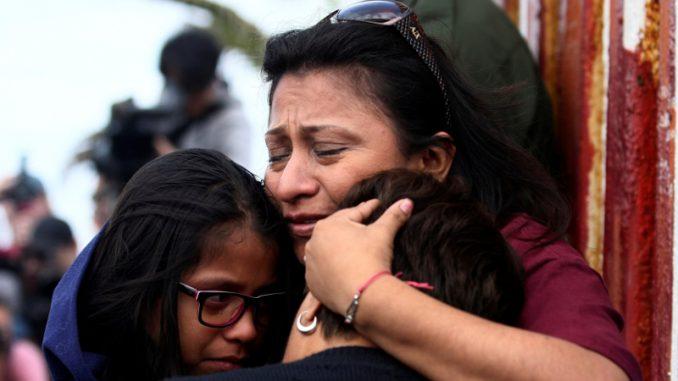 Разделенные на границе семьи подают в суд из-за психологических травм детей