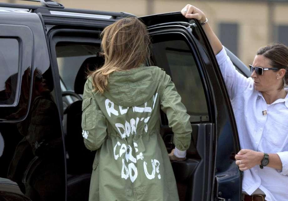 """Единственной одеждой Мелании в клипе была куртка """"Мне плевать"""". Фото: sfgate.com"""