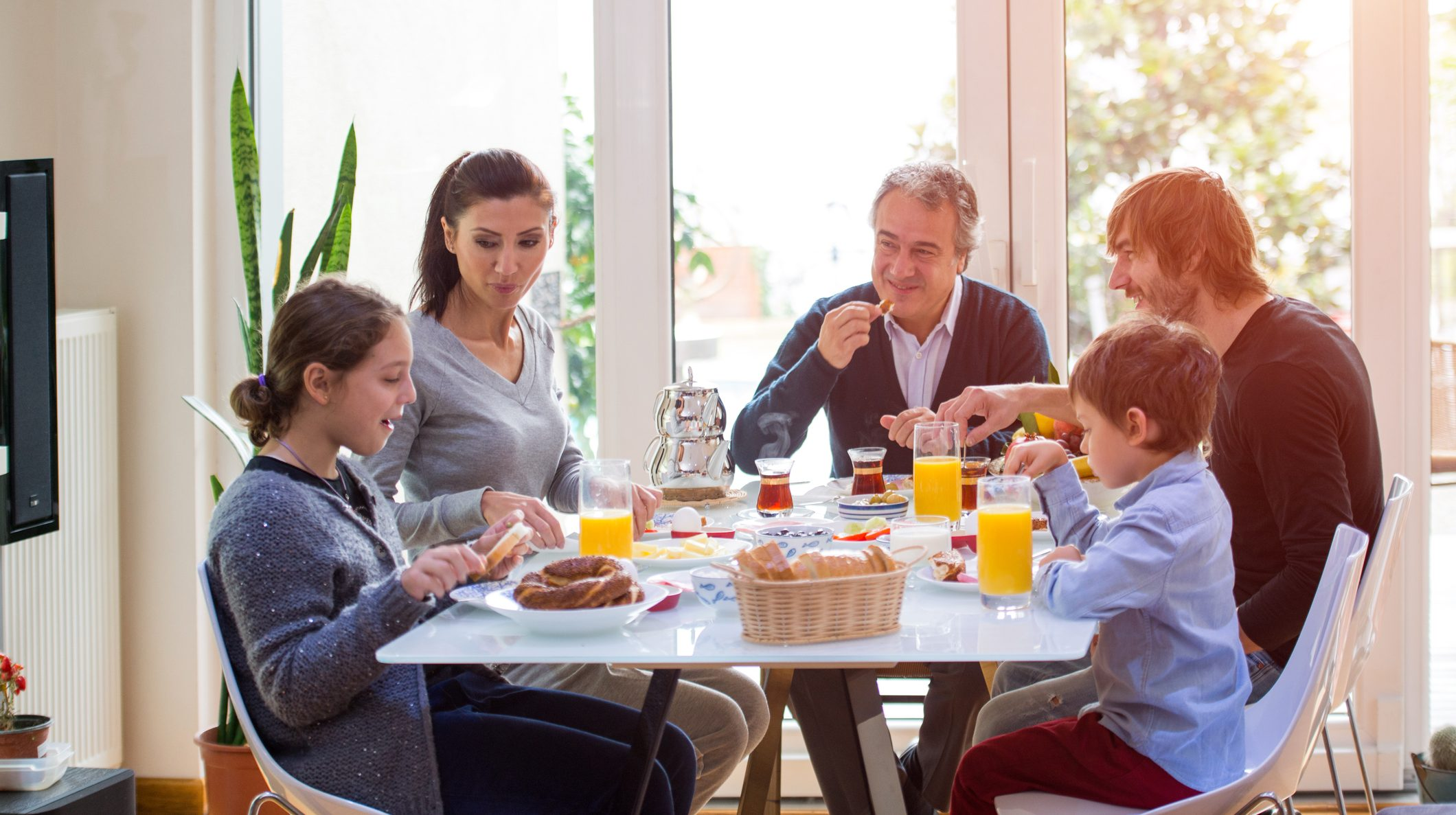 family eating breakfast - HD 2120×1187