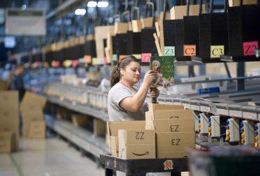Amazon повышает минимальную зарплату до $15 в час