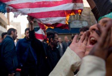 ФОТО: В Иране сжигают американские флаги после введения новых санкций