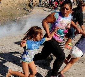 Мигранты штурмовали границу США. Против них применили слезоточивый газ