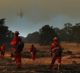 Сильный дождь помогает остановить пожары в Калифорнии, но усложняет работу спасателям