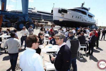 Спа, джакузи и бары: самые богатые люди мира собрались на шоу яхт в Майами