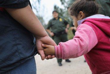 Семьи иммигрантов массово освобождают из-под ареста