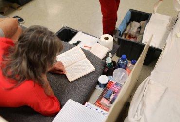 Сколько стоят предметы первой необходимости в иммиграционной тюрьме и почему на них не хватает денег