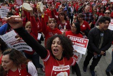 Учителя в Лос-Анджелесе закончили забастовку. Им повысят зарплаты и добавят персонал