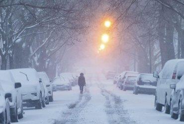 Зимний шторм обрушился на восток, отменяются авиарейсы и парализовано движение поездов