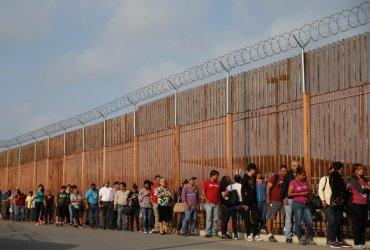 Администрация Трампа начинает отправлять просителей убежища в Мексику