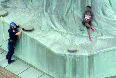 Судья хочет забраться на Статую Свободы вслед за своей подсудимой