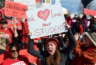Учителей-иммигрантов пугали депортацией из-за забастовки