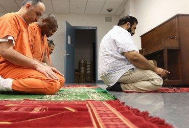На иммиграционную полицию подали в суд за притеснения мусульман в тюрьмах