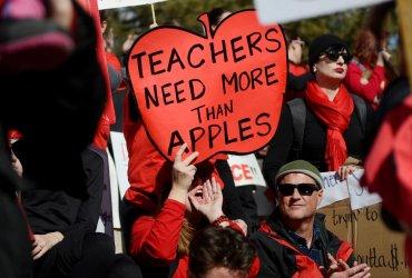 Тысячи учителей в Денвере бастуют из-за низких заплат