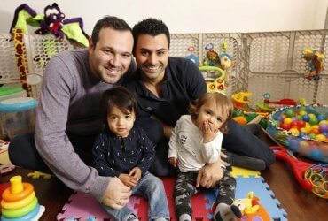 Сыну однополой пары разрешили получить гражданство США. Его биологический отец – иммигрант